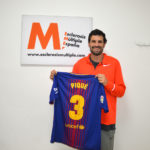 Camiseta de Piqué a subasta por la investigación de la Esclerosis Múltiple